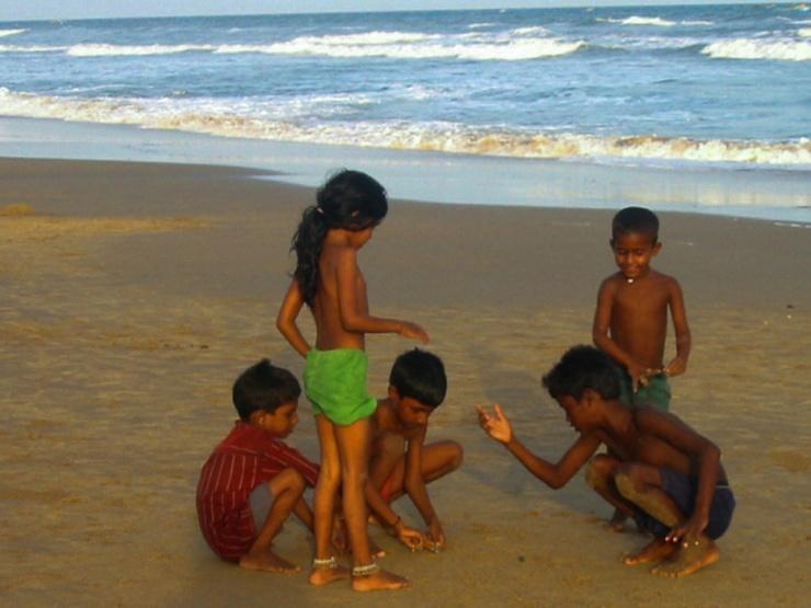 03052002-Enfants sur la plage Puri
